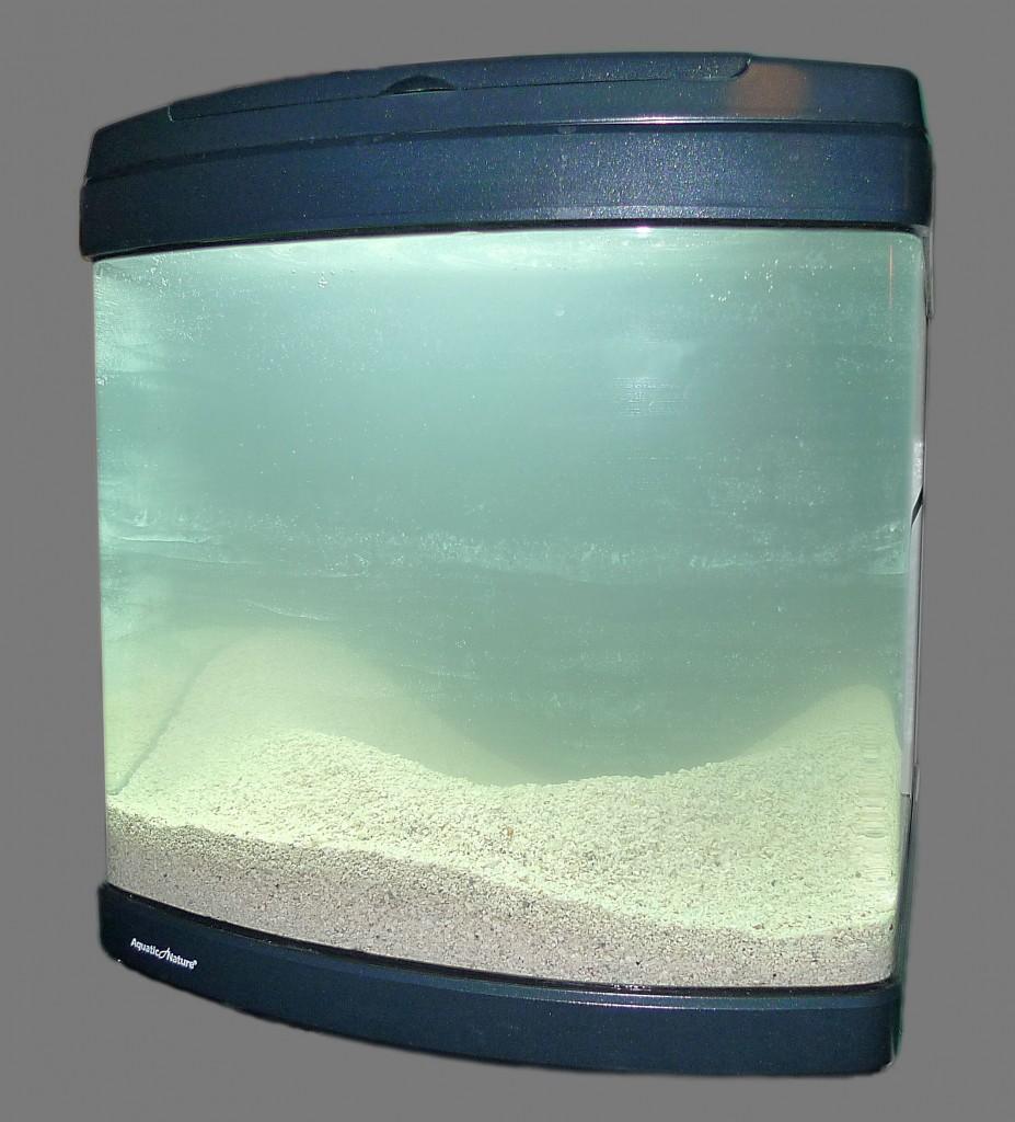 Akvariet med bottenlager och vatten